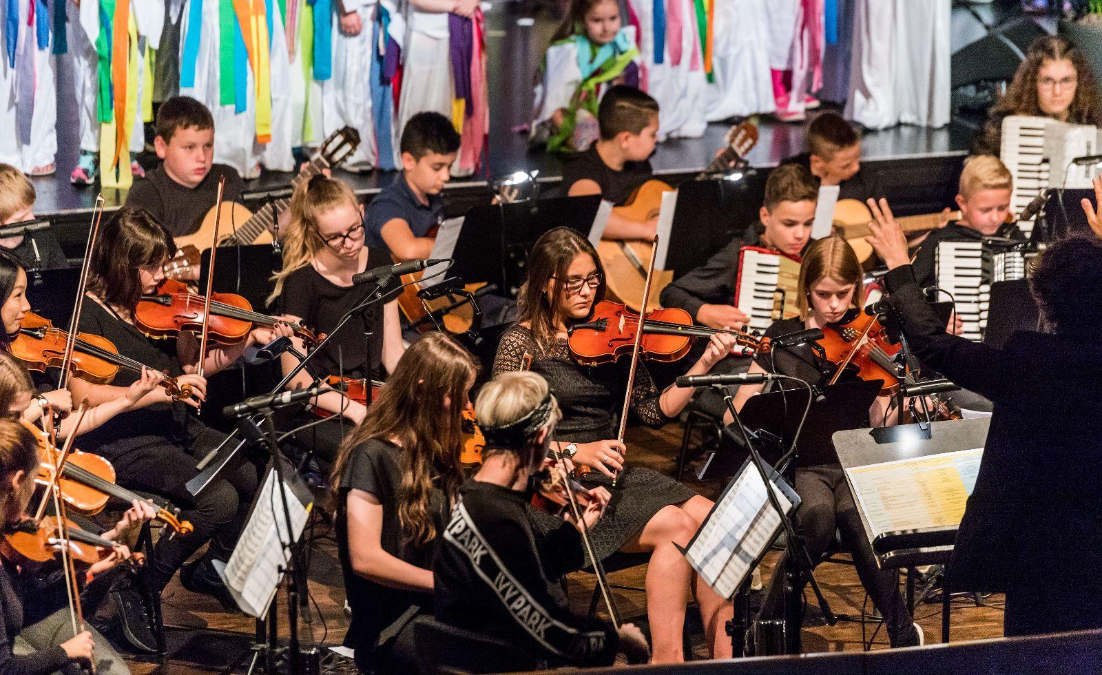 Vorspiel der Jugend mit den Streichinstrumenten in der Stadthalle