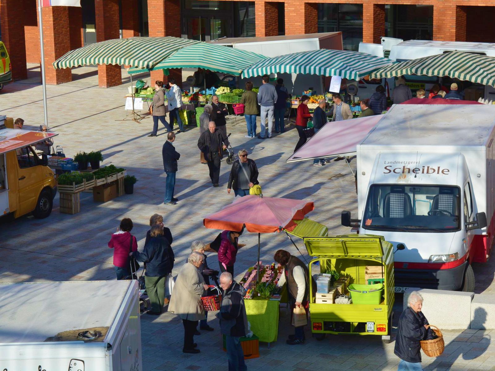 Der Wochenmarkt vor dem Rathaus
