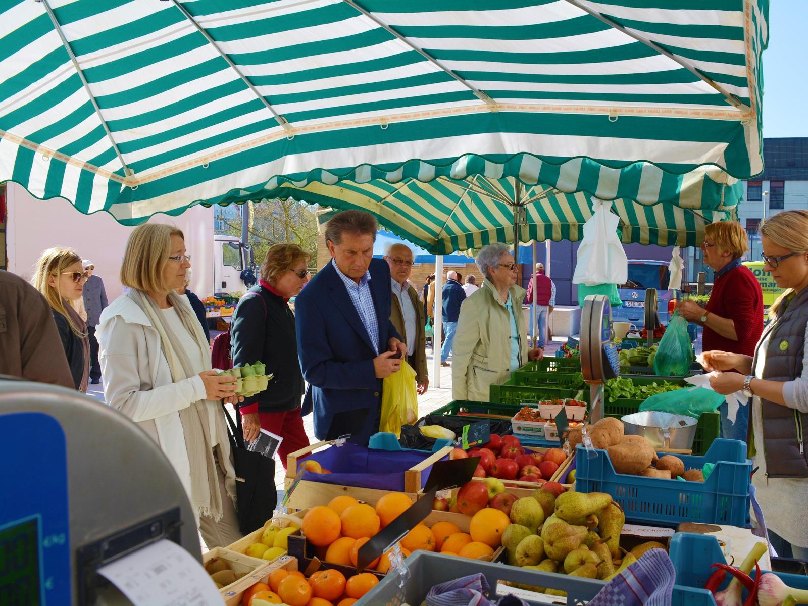 Der Wochenmarkt hat auf dem Schlossplatz einen ideale Heimat gefunden