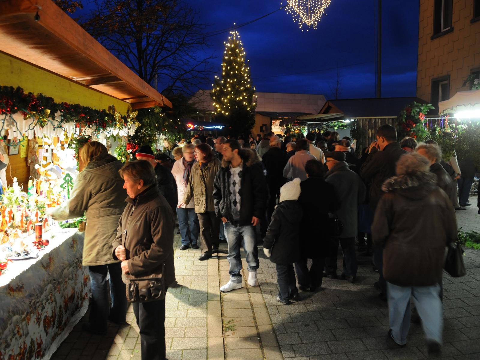 Der Weihnachtsmarkt rund um den Kronenmarkt lockt mit seinem besonderen Flair jedes Jahr viele Besucher