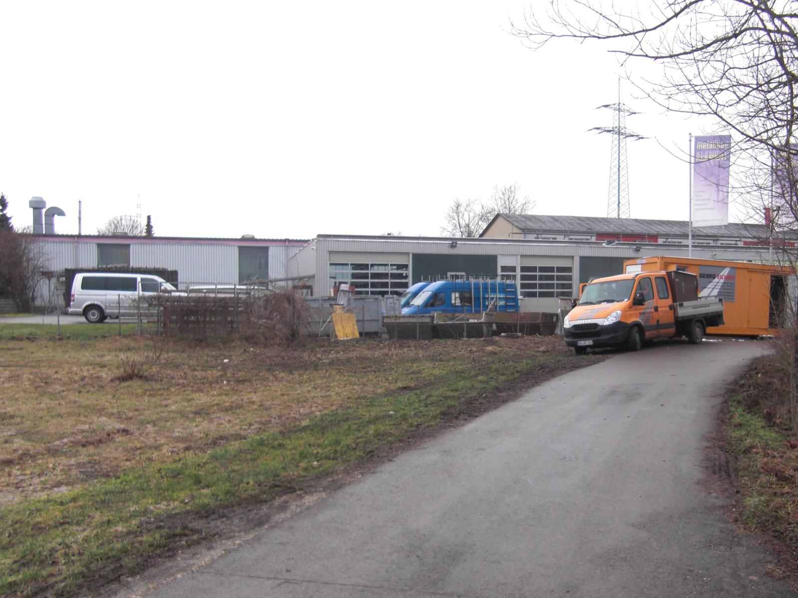 Im Bild sieht man die Brachfläche, die vor der naturnahen Umgestaltung in der Wehrstraße zu sehen war.