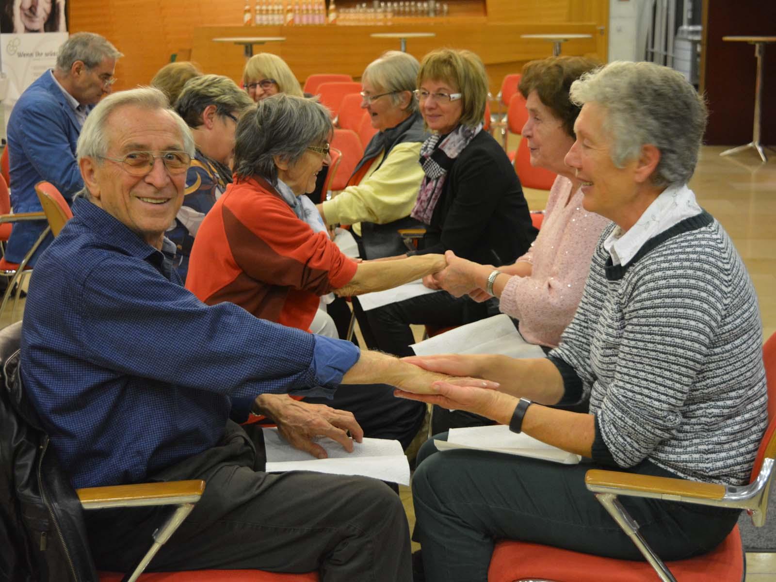 Gegenseitige Wohlfühlmassagen beim Demenz Netzwerk in der Stadthalle Eislingen