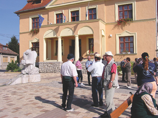 Gebäudeansicht Rathaus mit Passanten