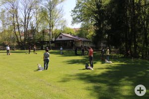 Vereinsheim mit Trainingsgruppe