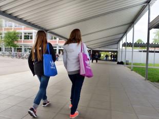 Zwei Schülerinnen gehen zum Haupteingang der Dr.-Engel-Realschule in Eislingen