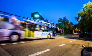 Bus von außen bei Nacht