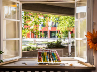 Fensterblick aus der Stadtbücherei Richtung Rathaus