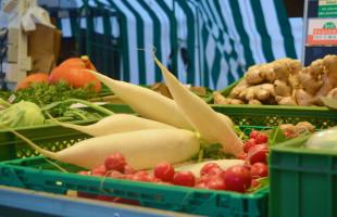 Die Marktstände bieten eine bunte und frische Auswahl an Obst und Gemüse