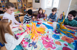 In der Grundschulkindbetreuung gibt es auch kreative Angebote, die bei den Schülerinnen und Schülern sehr beliebt sind. Im Bild: Grundschulkinder am Basteltisch.