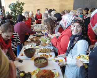 Frauen unterschiedlichster Nationen treffen sich am großen Frühstücksbuffet
