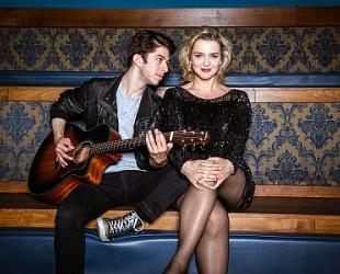 Cornelia Schirmer und Delio Malär auf Sofa ©Andreas Schlieter