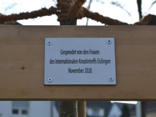 Schild an einer Winterlinde mit der Aufschrift Gespendet von den Frauen des Internationalen Kreativtreffs Eislingen November 2020