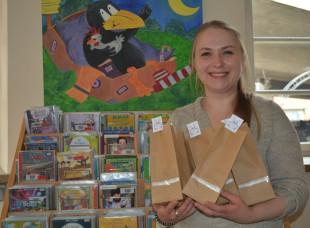 Blick auf frühlingshafte Bastelarbeiten und CDs für Kinder