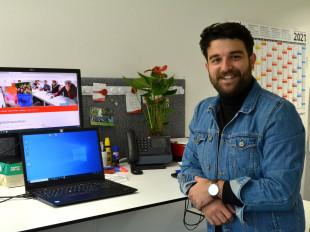 Mitarbeiter Güney Timur an seinem Schreibtisch.