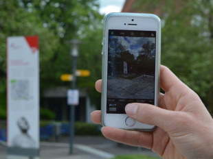 Eine Hand hält ein Handy und macht ein Foto in Eislingen.
