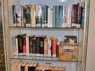 Ein Regal mit vielen Büchern.