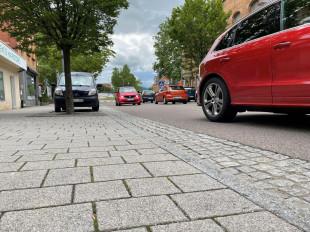Autoverkehr in der Hauptstraße