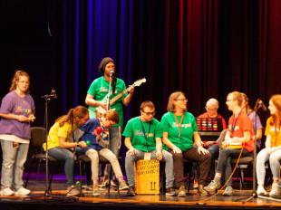 Eine inklusive Band spielt auf der Bühne der Stadthalle Eislingen.