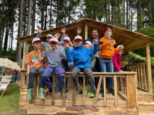 Oberbürgermeister Klaus Heininger steht mit einigen Kindern in der Ferienhütte des Sherlock Holmes