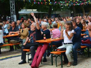 Blick ins Publikum. Das Publikum jubelt.