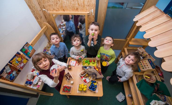 Spielende Kinder mit Holzfrüchten und - gemüse