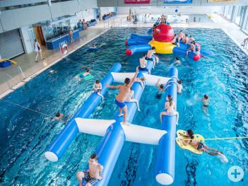 Die Wasserparty bietet den jüngsten Hallenbadbesuchern jeden Samstag ein Badehighlight