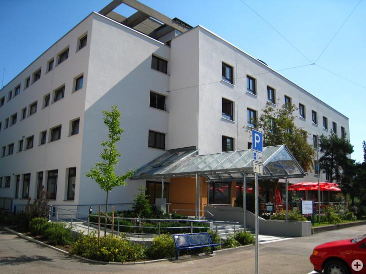 """Vorderansicht des Altenzentrum """"Sankt Elisabeth"""" in Eislingen"""