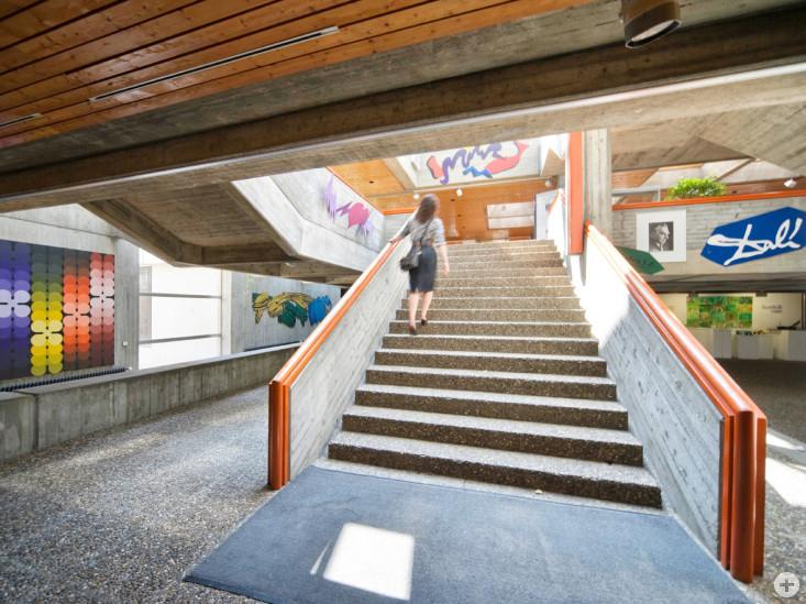 Das großzügige Treppenhaus im Erich Kästner Gymnasium bietet den Schülerinnen und Schülern Aufenthaltsqualität