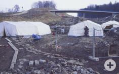 An der Fundstelle arbeiteten monatelang Archäologen, die unter ihren weißen Zelten vor Nässe, aber nicht vor Kälte geschützt waren