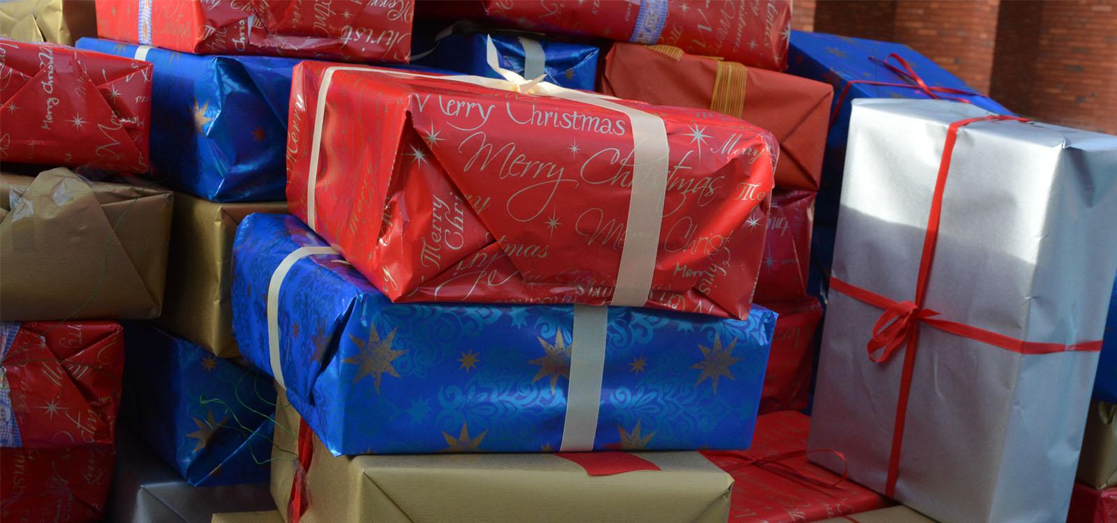 Aufgetürmte bunte Päckchen, die als Schmuck am Weihnachtsbaum auf dem Schlossplatz ihre Verwendung finden. em Schlossplatz vorgese vor dem Schlossplatz, die als Schmuck am Weihn