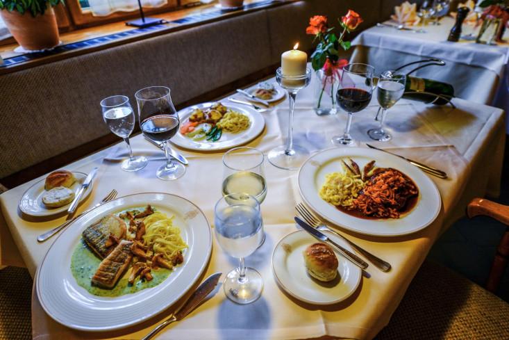 Gedeckter Tisch mit angerichteten Speisen
