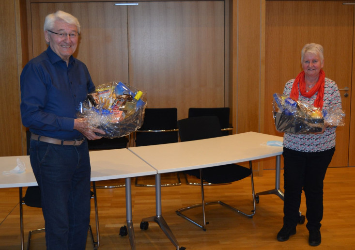 Rolf Riegler (rechts im Bild) und Adelinde Österle (rechts im Bild) wurden mit einem Geschenkkorb verabschiedet