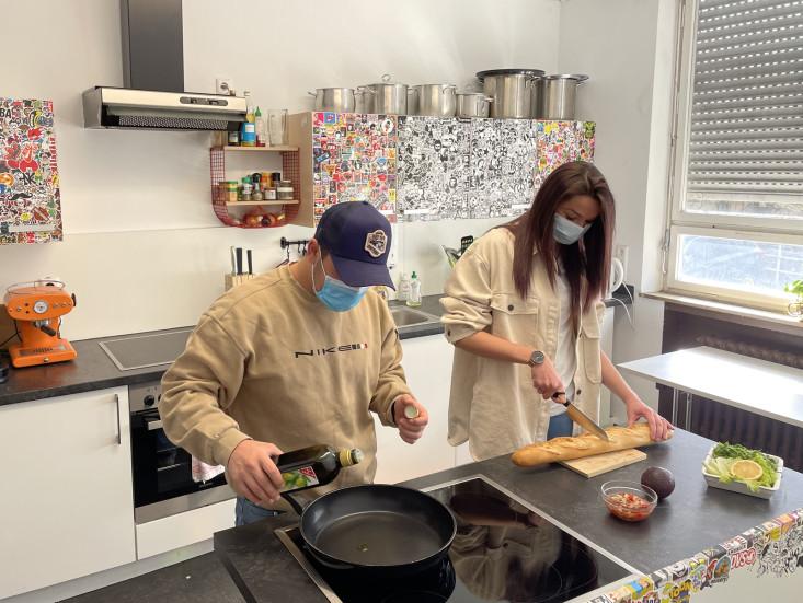 Anamaria und Samuel beim Vorbereiten der Speisen für die Live-Kochshow