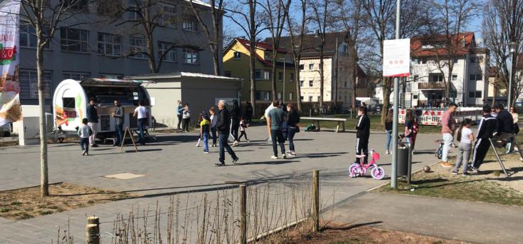 Der neue Eis- und Snackwagen am Schillerplatz ist bei den großen und kleinen Besuchern des Mehrgenerationenplatzes sehr beliebt.