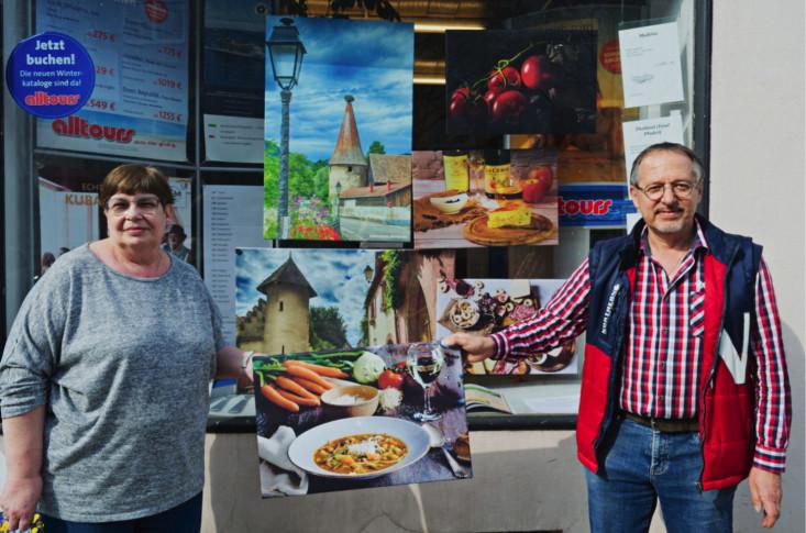 Regina Klaiber (links im Bild) und Detelf Nitsche (rechts) präsentieren gemeinsam eine Fotografie von Detelf Nitsche
