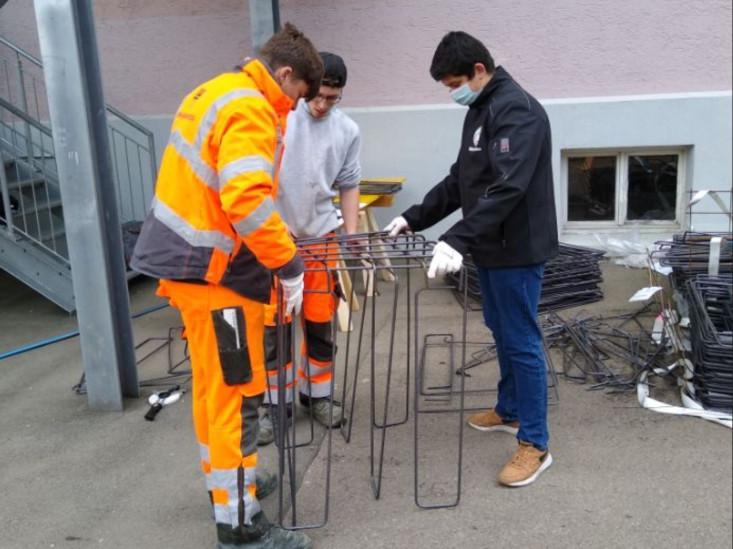 Schüler der Silcherschule helfen beim Bauen des Fahrradunterstandes