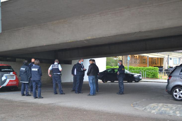 Mitarbeiter des Ordnungsamtes und die Polizei bei einer Personenkontrolle unter der Überführungsbrückeenst und