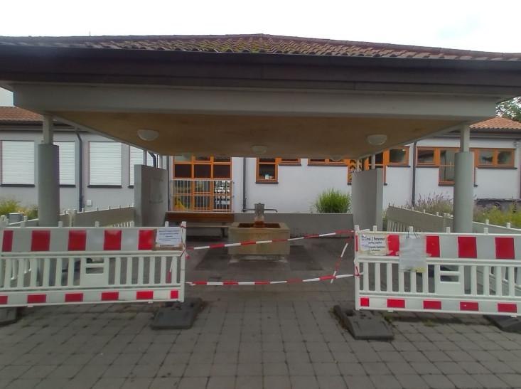 Der Barbarossabrunnen mit Absperrungen.