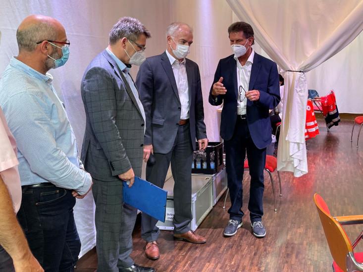 Oberbürgermeister Klaus Heininger mit Landrat Edgar Wolff und dem Leiter des Kreisimpfzentrums Manfred Gottwald sowie Leiter des Eislinger Bürger- und Ordnungsamtes Marco Donabauer bei der Impfaktion in der Stadthalle.