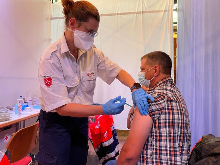 Ein Bürger wird geimpft.