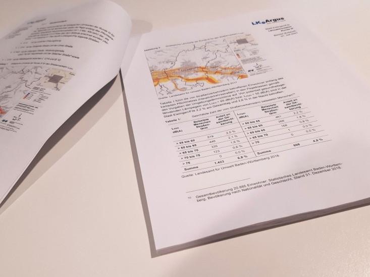 Der Lärmaktionsplan in gedruckter Form aufgeschlagen auf einem Tisch.