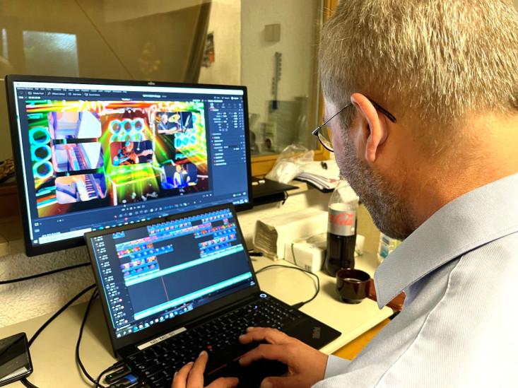 Blick über die Schulter beim Videoschneiden am PC.