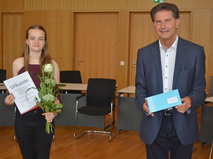 Oberbürgermeister Klaus Heininger mit der Preisträgerin Annika Schindler