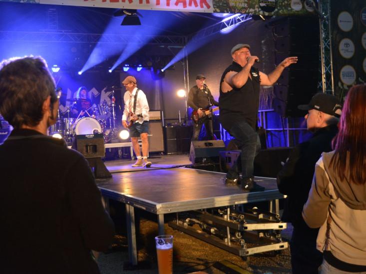 Blick auf die Bühne mit Sänger und Gitarristen zu sehen.