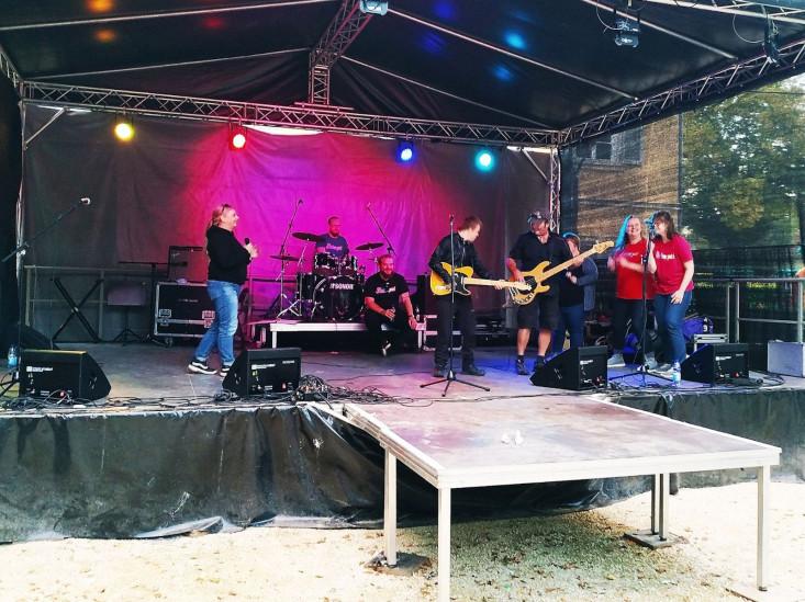 Musiker spielen auf der Bühne im Schlosspark
