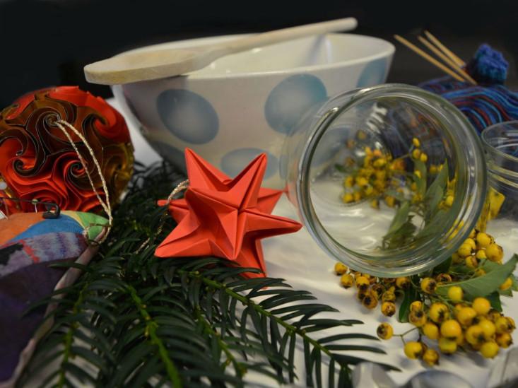 Verschiedene Utensilien zum Thema Advent